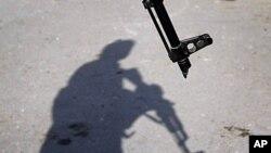 一名阿富汗警察守卫在贾拉拉巴德的一个爆炸现场(资料照片)