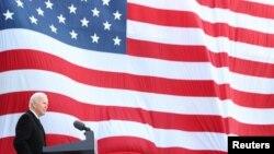 ប្រធានាធិបតីជាប់ឆ្នោតលោក Joe Biden ថ្លែងសុន្ទរកថានៅអាកាសយានដ្ឋាន New Castle County ក្នុងក្រុង New Castle រដ្ឋ Delaware ថ្ងៃទី១៩ ខែមករា ឆ្នាំ២០២១ មុនពេលលោកធ្វើដំណើរមកកាន់រដ្ឋធានីវ៉ាស៊ីនតោន។