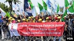 Ribuan buruh berdemonstrasi di Jakarta, menolak adanya pemutusan hubungan kerja (1/9). (VOA/Fathiyah Wardah)