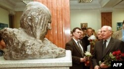Михаил Горбачев возлагает цветы к бюсту Андрея Сахарова в Международном университете в Москве, 21 мая 2001г.