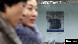 12月12日北京的朝鲜大使馆外贴着金正恩的画像