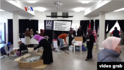 "Kerja bakti ""Spring Cleaning"" menyambut Ramadan di IMAAM Center, Silver Spring, Maryland, April 2019. (Foto: VOA/Videograb)"