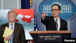 El asesor de Seguridad de EE.UU., John Bolton, y el Secretario del Tesoro, Steven Mnuchin, durante la conferencia de prensa en la Casa Blanca en Washington, el lunes 28 de enero de 2019.