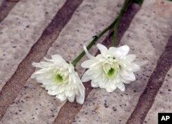 摆放在花坛边的茉莉花束