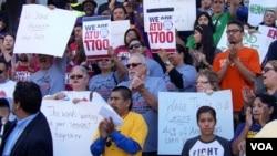 示威者去年在市府外要求提高工资(美国之音国符拍摄)