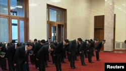 12月26日习近平率常委参拜毛泽东纪念堂向毛泽东坐像三鞠躬