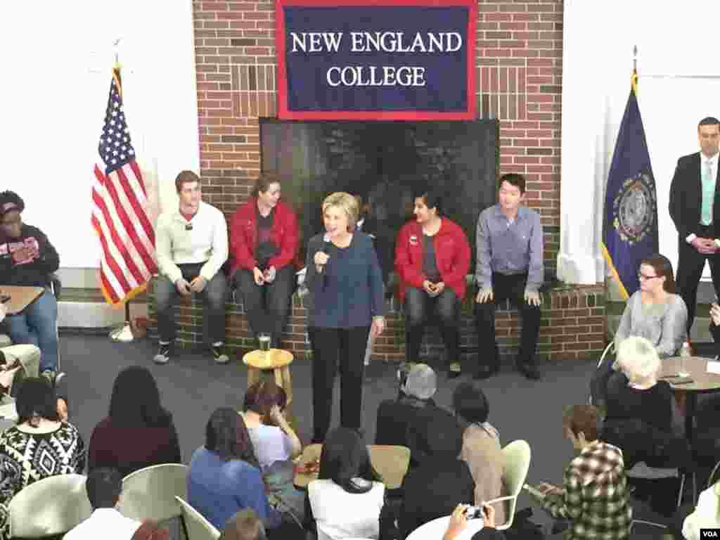 民主党总统候选人希拉里·克林顿在新罕布什尔州选民集会上发表演讲。(龚小夏拍摄 2016年2月9日)