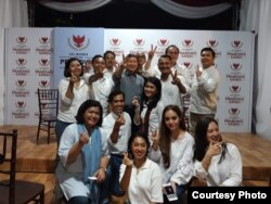 Tim Milenial di BPN-Prabowo Sandi berpoto bersama Adik kandung Prabowo Subianto, Hasjim di Media Center, Jakarta. (Foto: Vicka Kuen)
