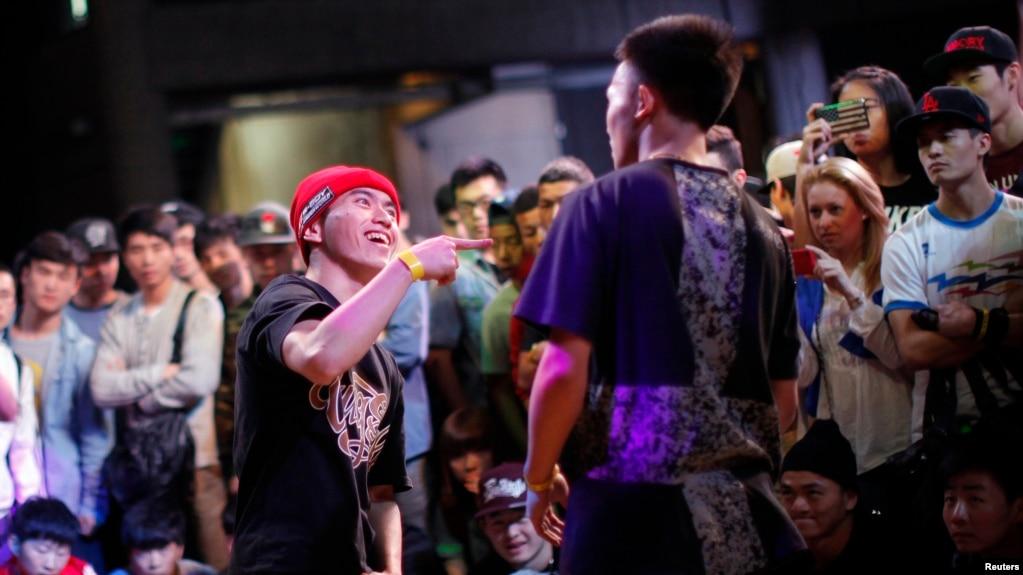 在2013年上海B-BOY霹靂舞比賽中,一位舞者表演。 這項年度性比賽被認為是中國最重要的嘻哈音樂節,來自世界各地的舞蹈隊參加(2013年4月27日)。