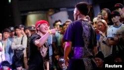 在2013年上海B-BOY霹雳舞比赛中,一位舞者表演。这项年度性比赛被认为是中国最重要的嘻哈音乐节,来自世界各地的舞蹈队参加(2013年4月27日)。