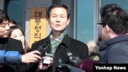 8일 한국 서울에서 대통령직 인수위원회를 나서며 기자들의 질문에 답하는 김장수 청와대 국가안보실장 내정자.