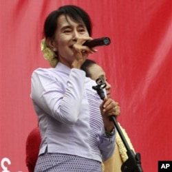ທ່ານນາງ ອອງ ຊານ ຊູຈີ ໂຄສະນາຫາສຽງ ທີ່ເມືອງ Mawlamyine ໃນລັດມອນ, ວັນອາທິດ ທີ 11 ມີນາ 2012. (AP Photo/Khin Maung Win)