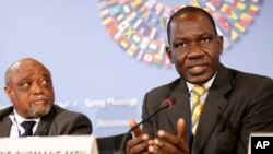Menkeu Kamerun, Alamine Ousmane Mey (kanan) hari Jumat 20/9 mengatakan, pemerintah akan memberi uang pesangon (foto: dok).