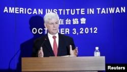 ທ່ານ Christopher Marut, ຜູ້ອໍານວຍການ ສະຖາບັນ American Institute in Taiwan (AIT), ຕອບຄໍາຖາມ ໃນກອງປະຊຸມ ທີ່ໄຕ້ຫວັນ, ວັນທີ 3 ຕຸລາ 2012.
