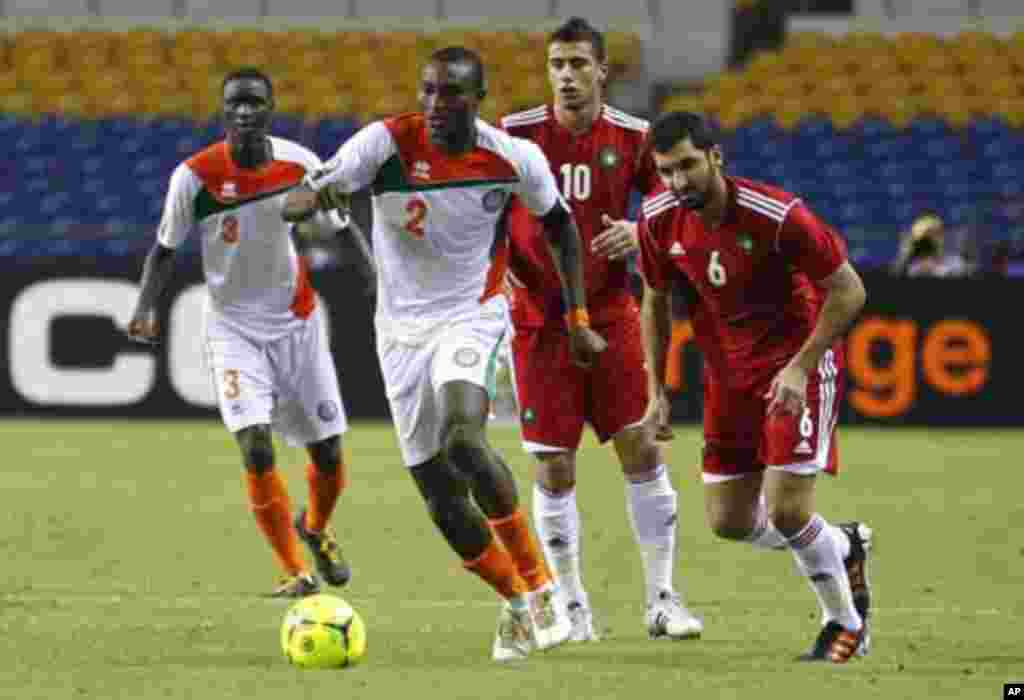 Niger's Ouwo Moussa Maazou (2) dribbles past Morocco's players during their final African Cup of Nations Group C soccer match at the Stade De L'Amitie Stadium in Libreville, Gabon January 31, 2012.