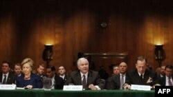 از راست: مایک مولن، رابرت گیتس، هیلاری کلینتون