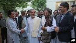 Ứng cử viên tổng thống Afghanistan Abdullah Abdullah (giữa) rời khỏi cuộc họp báo ở thủ đô Kabul, Afghanistan, ngày15/5/2014.