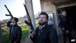 Para anggota Lasykar Pembebasan Suriah siaga dengan senjata mereka di Fafeen, Aleppo utara (foto: ilustrasi).