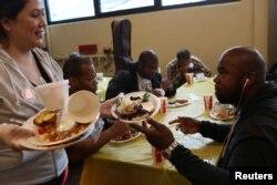 지난해 5월 미국 로스엔젤레스 주에서 자원봉사자가 노숙자들과 빈곤계층의 사람들에게 음식을 나눠주고 있다. (자료사진)