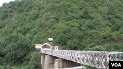کشمیر کے دو حصوں کو ملانے والا پل