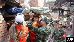 軍人與救護人員在救出傷者
