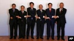 日本首相安倍晉三(左三)與東盟各國領導人在東京攜手合影。 (2013年12月14日)