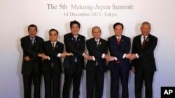 日本首相安倍晋三(左三)与东盟各国领导人在东京携手合影。(2013年12月14日)