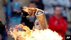 Đuốc Olympic được thắp lên từ ngọn lửa Olympic