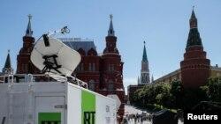 Передвижная телевизионная станция прокремлевского телеканала RT перед въездом на Красную площадь в Москве.