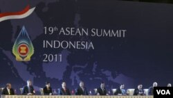 Para pemimpin ASEAN menandatangani Deklarasi bersama di Nusa Dua, Bali (17/11).