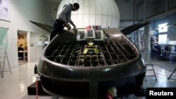د اربن ایروناتیکس شرکت یو کارکوونکی د کورمورنت الوتونکي موټر په امتحاني نمونې کارکوي