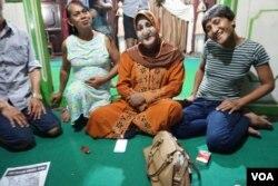 Ibu Shinta (tengah) bersama murid-muridnya di satu-satunya pesantren untuk transpuan di Yogyakarta. (K. Varagur/VOA)