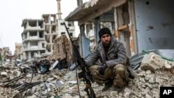 一名狙擊手在科巴尼的廢墟中