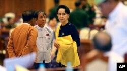 Aung San Su Ći u parlamentu Mjanmara, 2015.