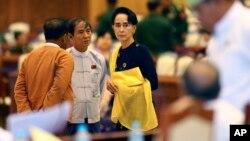 Pemimpin oposisi Myanmar Aung San Suu Kyi di dalam gedung Parlemen di Naypyitaw, November 2015.