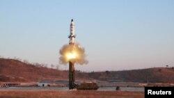 """朝鲜领导人金正恩观看在""""北极星-2""""导弹试射(资料照片)"""