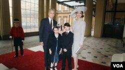 La actriz Catherine Zeta Jones y su esposo Michael Douglas a su llegada al Palacio de Buckingham en Londres a recibir la Orden del Imperio Británico.