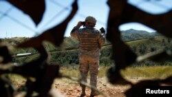 一名美國國民警衛軍在位於阿里桑拿州美墨邊境站崗。