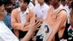 Aktivis partai NLD membawa foto Jenderal Aung San, ayah tokoh oposisi Burma Aung San Suu Kyi, saat peringatan Hari Pahlawan di negara tersebut (foto: dok)