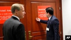 트위터 고위 관계자들이 28일 하원 정보위 비공개 회의에 참석하기 위해 회의장 문을 노크하고 있다. 이날 모임은 지난해 대선과정의 러시아 개입 조사를 목적으로 상· 하 양원 정보위원들이 동참했다.