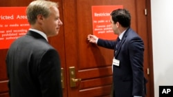 El director de política pública y filantropía de Twitter, Carlos Monje, toca a la puerta de la Comisión de Inteligencia de la Cámara de Representantes, acompañado de Colin Crowell, jefe de política pública mundial de esa empresa.