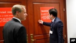 Giám đốc chính sách công của Twitter, Carlos Monje, gõ cửa bước vào phòng họp kín với Ủy ban Tình báo Hạ viện hôm 28/9/17