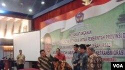 Menteri Tenaga Kerja Transmigrasi Muhaimin Iskandar menyaksikan penandatanganan kerjasama antar daerah bidang transmigrasi. (VOA/R. Teja Wulan)