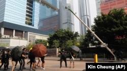 """Протестувальники в Гонконгу ламають """"розумний ліхтарний стовп"""", 24 серпня 2019 року"""