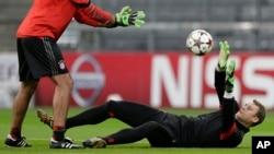 Manuel Neuer, couché, lors d'une séance d'echauffement à l'Allianz Arena, Munich le 4 novembre 2014.