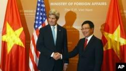 Ngoại trưởng Mỹ John Kerry bắt tay với Bộ trưởng Ngoại giao Việt Nam Phạm Bình Minh trong chuyến thăm Việt Nam của ông Kerry tháng 12 năm 2013.