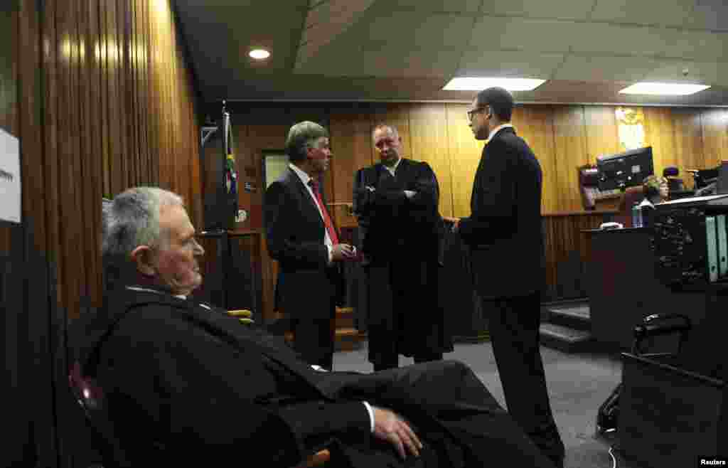 Oscar Pistorius (right) with his defense team Barry Roux (foreground), Brian Webber (left) and Kenny Oldwage (center) before the closing arguments, in the North Gauteng High Court, in Pretoria, Aug. 7, 2014.