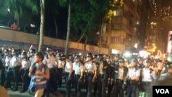 示威者在9點過後佔據中聯辦外一段德輔道,並在中聯辦後門與警方防線展開推撞,警方用辣椒噴霧還擊將示威者防線推後(美國之音海彥拍攝)