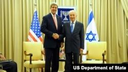Ngoại trưởng Mỹ John Kerry và Tổng thống Israel Shimon Peres tại Jerusalem, ngày 6/11/2013.