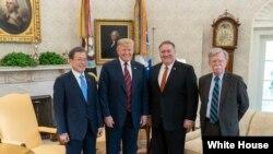 11일 미-한 정상회담이 열린 백악관에서 도널드 트럼프 대통령과 문재인 한국 대통령, 마이크 폼페오 국무장관, 존 볼튼 백악관 국가안보보좌관이 기념촬영을 했다.